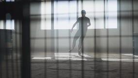 Νέος χορευτής χιπ-χοπ οδών που αποδίδει μπροστά από το μεγάλο παράθυρο στο εγκαταλειμμένο κτήριο Σύγχρονος Πολιτισμός χιπ χοπ απόθεμα βίντεο