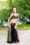 Νέος χορευτής ύφους γυναικών φυλετικός αμερικανικός Κορίτσι που χορεύει και που θέτει στην άμμο παραλιών που φορά το κοστούμι χορ στοκ εικόνα