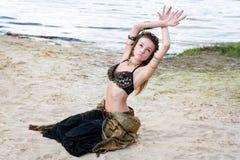 Νέος χορευτής ύφους γυναικών φυλετικός αμερικανικός Κορίτσι που χορεύει και που θέτει στην άμμο παραλιών που φορά το κοστούμι χορ στοκ εικόνες με δικαίωμα ελεύθερης χρήσης
