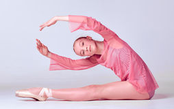 Νέος χορευτής ballerina που παρουσιάζει τεχνικές της Στοκ Εικόνα