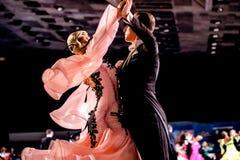 Νέος χορός αιθουσών χορού απόδοσης αθλητών ζευγών Στοκ φωτογραφία με δικαίωμα ελεύθερης χρήσης