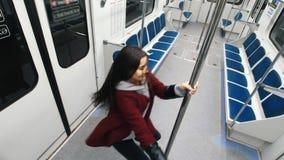 Νέος χορός πόλων χορού γυναικών στην κίνηση του τραίνου, των αλμάτων στον πόλο και της ένωσης σε το απόθεμα βίντεο