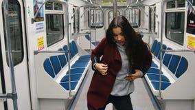 Νέος χορός πόλων χορού γυναικών στην κίνηση του τραίνου φιλμ μικρού μήκους