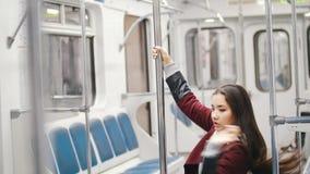 Νέος χορός πόλων absorbedly χορού γυναικών στην κίνηση του τραίνου απόθεμα βίντεο