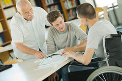Νέος χρήστης αναπηρικών καρεκλών που εργάζεται στο lap-top Στοκ Εικόνες