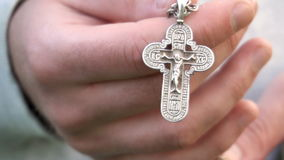 Νέος χριστιανικός ο διαγώνιος χεριών τύπων και επίκληση στο Θεό στον ουρανό Καθημερινός παραδοσιακός καθολικός αφοσιωμένος νεαρός απόθεμα βίντεο