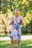 Νέος χρόνος εξόδων μπαμπάδων με το γιο του στο πάρκο Στοκ εικόνα με δικαίωμα ελεύθερης χρήσης