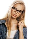 Νέος όμορφος έφηβος κοριτσιών στα γυαλιά απομονωμένο στο λευκό σύγχρονο hipster ξανθών μαλλιών Στοκ εικόνα με δικαίωμα ελεύθερης χρήσης