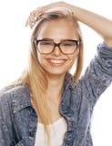 Νέος όμορφος έφηβος κοριτσιών στα γυαλιά απομονωμένο στο λευκό σύγχρονο hipster ξανθών μαλλιών Στοκ εικόνες με δικαίωμα ελεύθερης χρήσης
