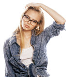 Νέος όμορφος έφηβος κοριτσιών στα γυαλιά στο λευκό Στοκ εικόνα με δικαίωμα ελεύθερης χρήσης