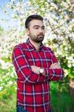 Νέος όμορφος αγρότης ατόμων στον ανθίζοντας κήπο Στοκ φωτογραφία με δικαίωμα ελεύθερης χρήσης