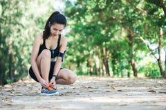 Νέος όμορφος αθλητής κοριτσιών με armband και τα ακουστικά listenin Στοκ εικόνες με δικαίωμα ελεύθερης χρήσης