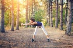 Νέος όμορφος αθλητισμός κοριτσιών στο δάσος φθινοπώρου στο ηλιοβασίλεμα Στοκ Εικόνες