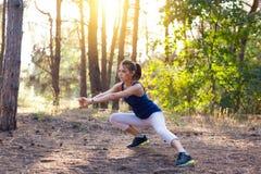 Νέος όμορφος αθλητισμός κοριτσιών στο δάσος φθινοπώρου στο ηλιοβασίλεμα Στοκ Φωτογραφίες