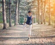 Νέος όμορφος αθλητισμός κοριτσιών στο δάσος φθινοπώρου στο ηλιοβασίλεμα Στοκ Φωτογραφία