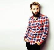 Νέος όμορφος γενειοφόρος τύπος hipster που φαίνεται βάναυσος που απομονώνεται στο άσπρο υπόβαθρο, έννοια ανθρώπων τρόπου ζωής Στοκ Εικόνες