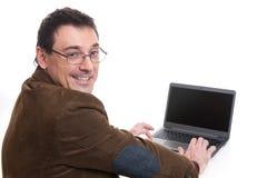 Νέος όμορφος επιχειρηματίας με ένα lap-top Στοκ φωτογραφία με δικαίωμα ελεύθερης χρήσης