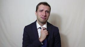 Νέος όμορφος επιχειρηματίας που αναστενάζει και που τινάζει το κεφάλι του στην απογοήτευση απόθεμα βίντεο