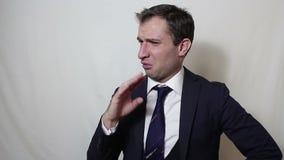 Νέος όμορφος επιχειρηματίας που κυματίζει ενεργά το χέρι του που αποβάλλει την κακή μυρωδιά απόθεμα βίντεο