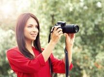 Νέος όμορφος ερασιτέχνης θηλυκός φωτογράφος με τη νέα κάμερα dslr Στοκ Εικόνες