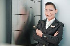 Νέος όμορφος εργαζόμενος τραπεζών στοκ φωτογραφίες με δικαίωμα ελεύθερης χρήσης