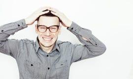 Νέος όμορφος εφηβικός τύπος hipster που θέτει το συναισθηματικό, ευτυχές χαμόγελο στο άσπρο κλίμα που απομονώνεται, άνθρωποι τρόπ Στοκ φωτογραφία με δικαίωμα ελεύθερης χρήσης