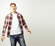 Νέος όμορφος εφηβικός τύπος hipster που θέτει το συναισθηματικό, ευτυχές smili Στοκ φωτογραφία με δικαίωμα ελεύθερης χρήσης