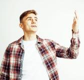 Νέος όμορφος εφηβικός τύπος hipster που θέτει το συναισθηματικό, ευτυχές χαμόγελο στο άσπρο κλίμα που απομονώνεται, άνθρωποι τρόπ Στοκ Εικόνες
