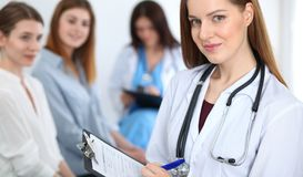 Νέος όμορφος θηλυκός γιατρός που χαμογελά συμβουλευτικός τον ασθενή της Παθολόγος στην εργασία Ιατρική και έννοια υγειονομικής πε στοκ φωτογραφία