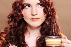 Νέος όμορφος καφές κατανάλωσης γυναικών Στοκ εικόνα με δικαίωμα ελεύθερης χρήσης