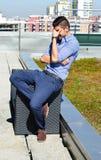 Νέος όμορφος ματαιωμένος επιχειρηματίας υπαίθριος Στοκ εικόνες με δικαίωμα ελεύθερης χρήσης
