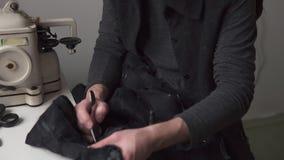 Νέος όμορφος ράφτης ατόμων που εργάζεται στο εργαστήριο δέρματος φιλμ μικρού μήκους