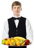 Νέος όμορφος σερβιτόρος που κρατά το μεγάλο σύνολο δίσκων των νωπών καρπών Στοκ φωτογραφία με δικαίωμα ελεύθερης χρήσης