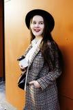 Νέος όμορφος σπουδαστής κοριτσιών hipster με το φλυτζάνι καφέ που θέτει το λατρευτό χαμόγελο, έννοια ανθρώπων τρόπου ζωής υπαίθρι Στοκ φωτογραφία με δικαίωμα ελεύθερης χρήσης