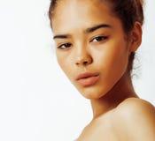 Νέος όμορφος στενός επάνω γυναικών αφροαμερικάνων που απομονώθηκε στο άσπρο υπόβαθρο, ασιατικός μιγάς μαύρισε το nude makeup, τρό Στοκ Φωτογραφίες