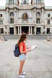 Νέος όμορφος ταξιδιώτης γυναικών με το χάρτη στοκ εικόνες με δικαίωμα ελεύθερης χρήσης