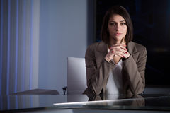 Νέος όμορφος τηλεοπτικός αναγγέλλων brunette στο στούντιο κατά τη διάρκεια της ζωντανής ραδιοφωνικής αναμετάδοσης Θηλυκός διευθυν Στοκ εικόνα με δικαίωμα ελεύθερης χρήσης