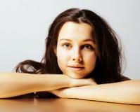 Νέος όμορφος το στενό επάνω πορτρέτο κοριτσιών χαμογελώντας το βέβαιο brunette θερμό, έννοια ανθρώπων τρόπου ζωής στοκ εικόνες