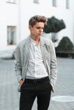 Νέος όμορφος τύπος στα μοντέρνα ενδύματα Στοκ εικόνα με δικαίωμα ελεύθερης χρήσης