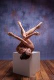 Νέος όμορφος χορευτής στην μπεζ swimwear τοποθέτηση επάνω Στοκ εικόνες με δικαίωμα ελεύθερης χρήσης