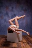 Νέος όμορφος χορευτής στην μπεζ swimwear τοποθέτηση επάνω Στοκ Εικόνες