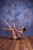 Νέος όμορφος χορευτής στον μπεζ swimwear χορό Στοκ φωτογραφία με δικαίωμα ελεύθερης χρήσης