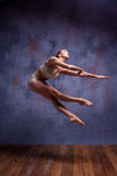 Νέος όμορφος χορευτής στον μπεζ swimwear χορό Στοκ εικόνες με δικαίωμα ελεύθερης χρήσης