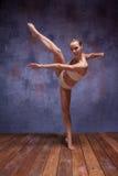 Νέος όμορφος χορευτής στον μπεζ swimwear χορό Στοκ Φωτογραφία