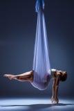Νέος όμορφος χορευτής στο μπεζ φόρεμα που θέτει επάνω Στοκ Εικόνες