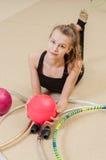 Νέος όμορφος gymnast χαλαρώνει στοκ εικόνα με δικαίωμα ελεύθερης χρήσης
