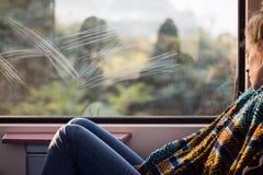 Νέος ύπνος γυναικών στο τραίνο στοκ εικόνα