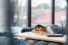 Νέος ύπνος διευθυντών στον πίνακα στο εστιατόριο στοκ εικόνες με δικαίωμα ελεύθερης χρήσης