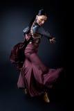 Νέος flamenco χορευτής στο όμορφο φόρεμα στο μαύρο υπόβαθρο στοκ εικόνα με δικαίωμα ελεύθερης χρήσης