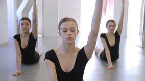 Νέος gymnasts do exercise για το τέντωμα ανάπτυξης των οργανισμών τους απόθεμα βίντεο